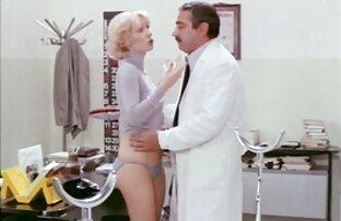 او چشم های بلوند دوستش را چشم بسته و فیلم سکی باحال او را برای رابطه جنسی لزبین گسترش داد